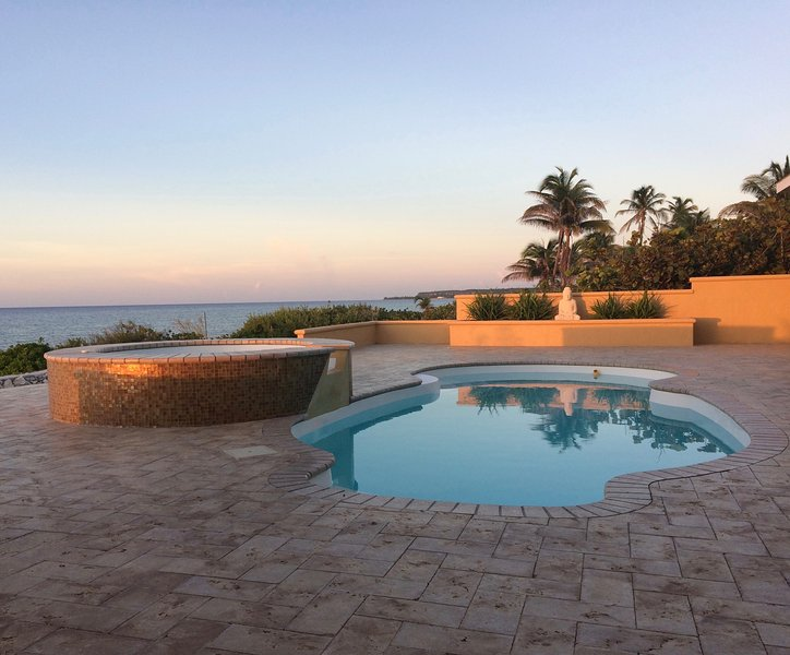 """Everything about this place is first class!"" 3 King Bed Beachfront Villa, alquiler vacacional en South Town"