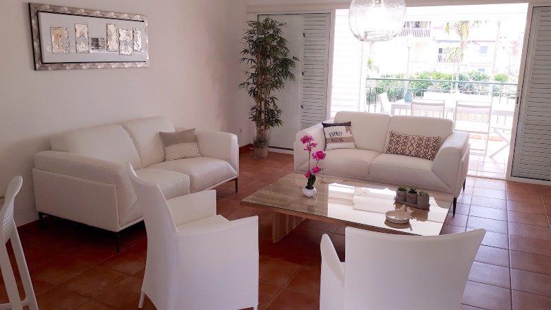 Grand salon confortable et moderne