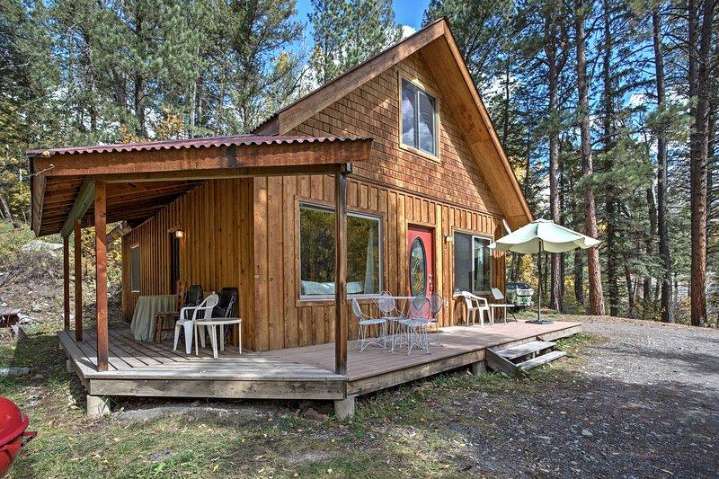 La maison dispose d'un porche enveloppant, de meubles de jardin et d'un barbecue au charbon de bois.