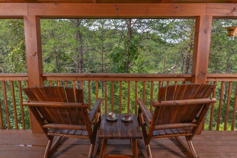 Disfrutar de paz y tranquilidad desde su balcón privado cubierto.