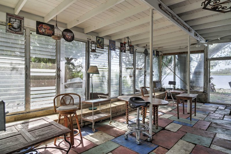 This 2-bedroom, 1-bath vacation rental has 1,000 square feet of waterfront.