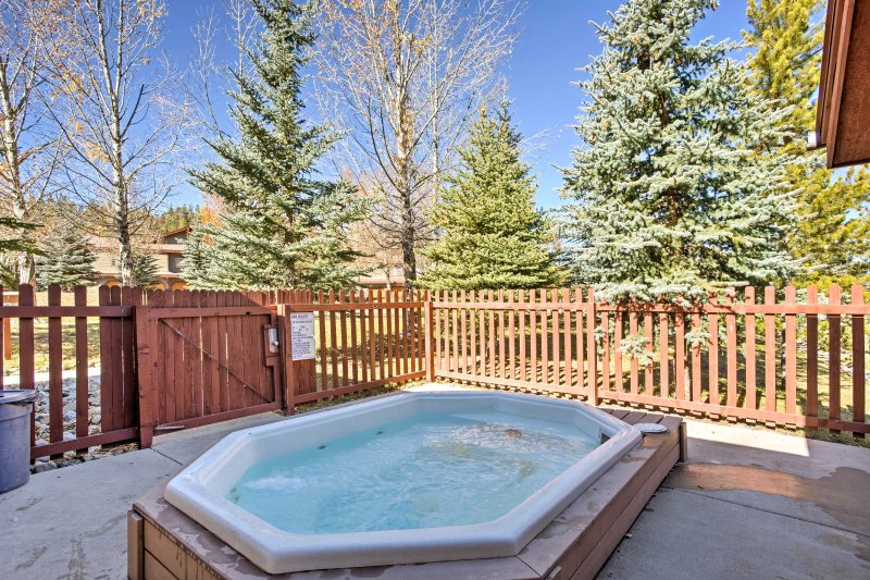 Enjoy the beautiful mountain paradise of Breckenridge in this 2-bedroom, 2-bathroom vacation rental condo, with access to 2 outdoor hot tubs!