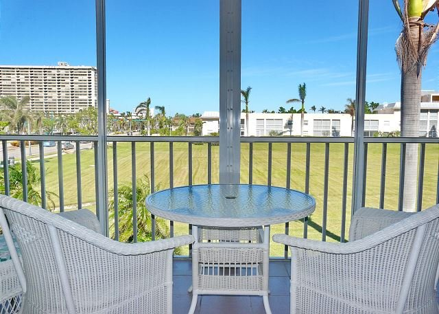 Private condo near the beach w/ a heated pool & hot tub, location de vacances à Goodland