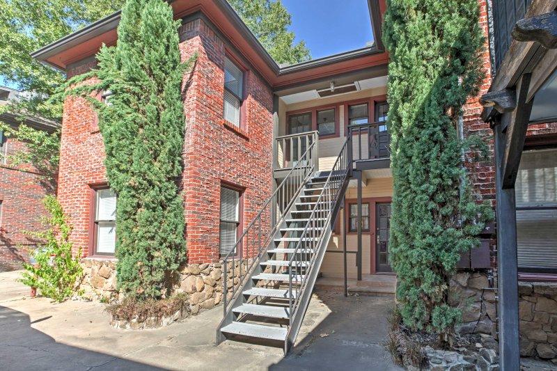 Este apartamento de 1.100 pies cuadrados está situado en el borde de la histórica Midtown, a sólo 5 minutos de la METRORail.