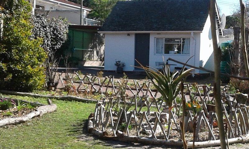 Vorderansicht der Hütte mit Blick auf Wasser weise Aloe Garten.