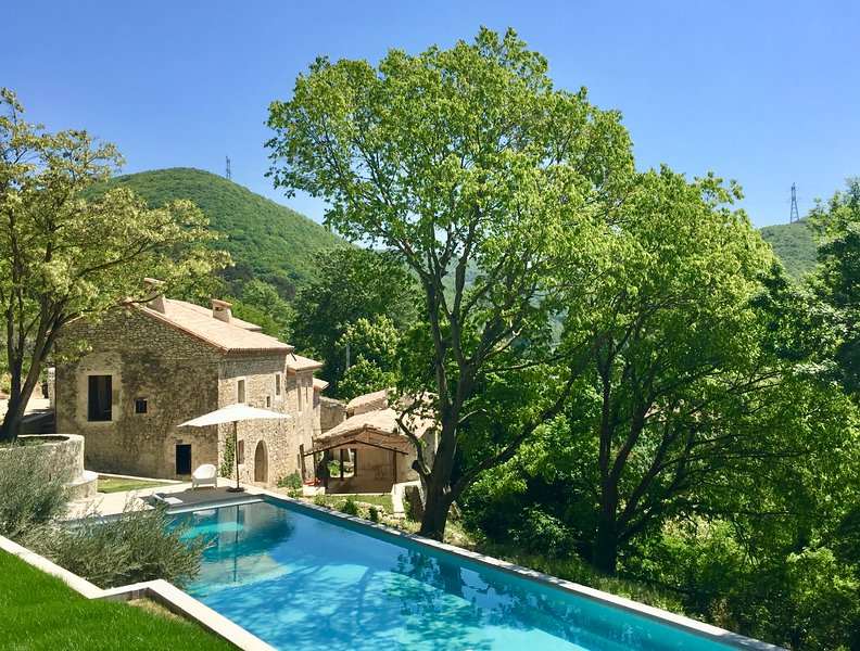Domaine des Camarades, stunning 40 ha estate with 20 meter pool, location de vacances à Divajeu