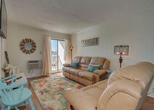 2nd floor condo in Cherry Grove, overlooking pond + FREE DAILY ACTIVITIES!!!, location de vacances à Myrtle Beach Nord