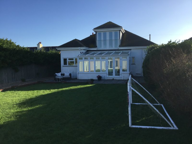 2 mins from beach - Large Garden - Very Spacious, holiday rental in Bracklesham Bay
