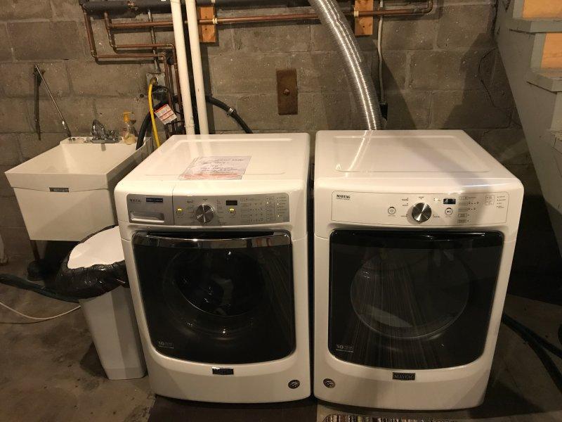 nouveau lave-linge et sèche-linge, et évier.