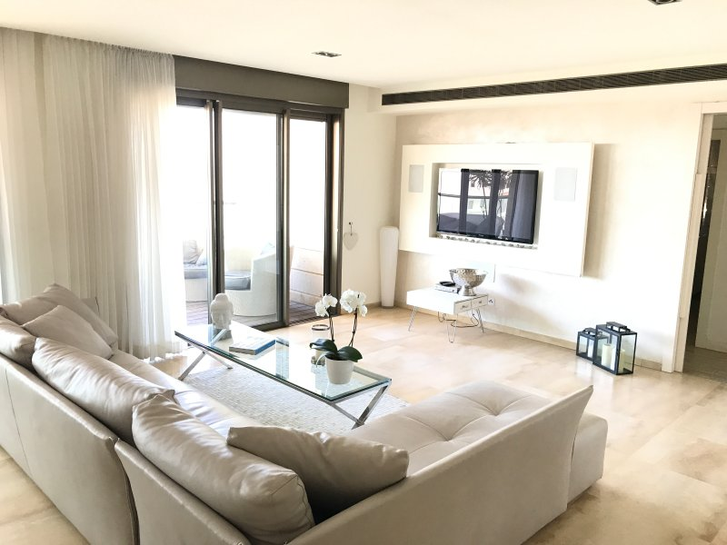 Amazing apt in Ramat Aviv HaHadasha, Fully Furnished, Balcony Sea View, holiday rental in Ramat Hasharon
