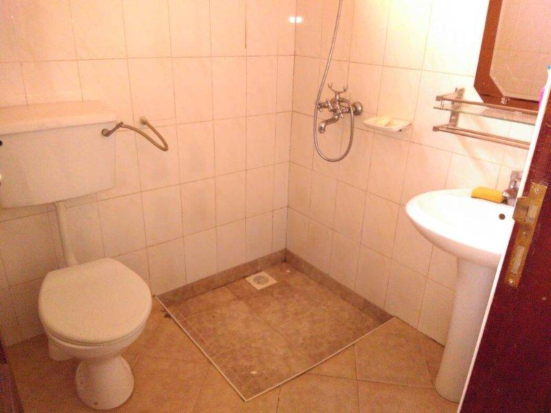 Casa de banho principal com chuveiros e água quente 24 horas