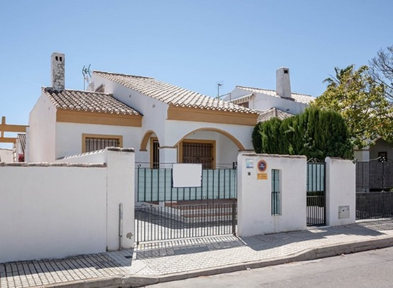 3 bed house with pool in Torre de La Horadada. Air conditioning WiFi & Netflix, vacation rental in Mil Palmeras