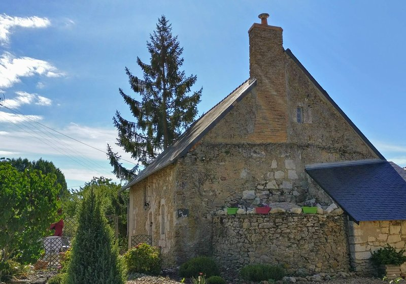 Beautiful 15th century rural cottage, fully restored in a very peaceful location between Angers & Saumur, holiday rental in Jarze