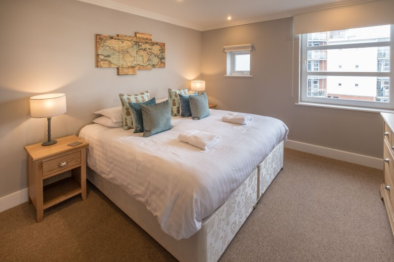 A luxury waterfront apartment, holiday rental in Whippingham