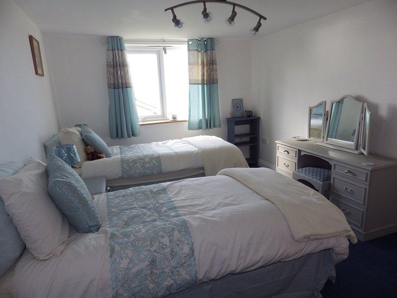 Bed 2 - toutes les chambres ont une coiffeuse, une armoire et beaucoup d'espace de stockage
