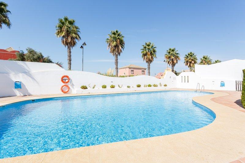 Precioso Apartamento en Campo de Golf con piscina y gran patio de 50 metros, holiday rental in Sanlucar de Barrameda