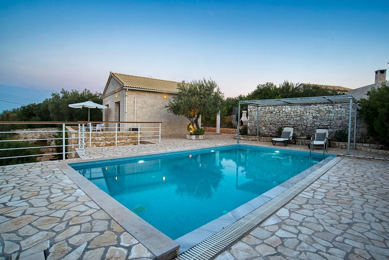Achinos Villa: Stylish Seaside Property for Two, location de vacances à Gaios