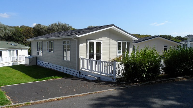 Linnet Lodge, Milford-on-sea, Hampshire with shared pool, vacation rental in Lymington