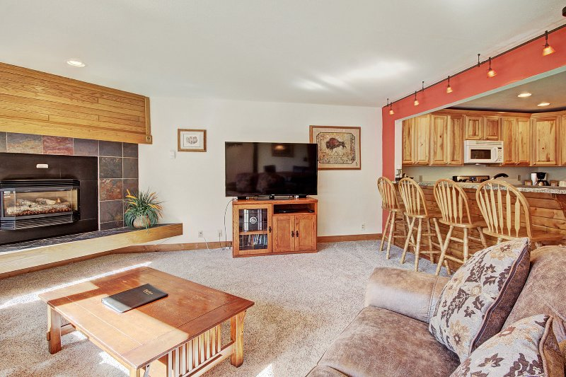 SkyRun Property - 'FFD7 Frostfire' - Living Room - The spacious living room features a gas fireplace and flat-screen TV.