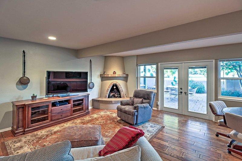 Luxury Tucson Townhome - Steps to Pool & Golfing!, alquiler de vacaciones en Casas Adobes