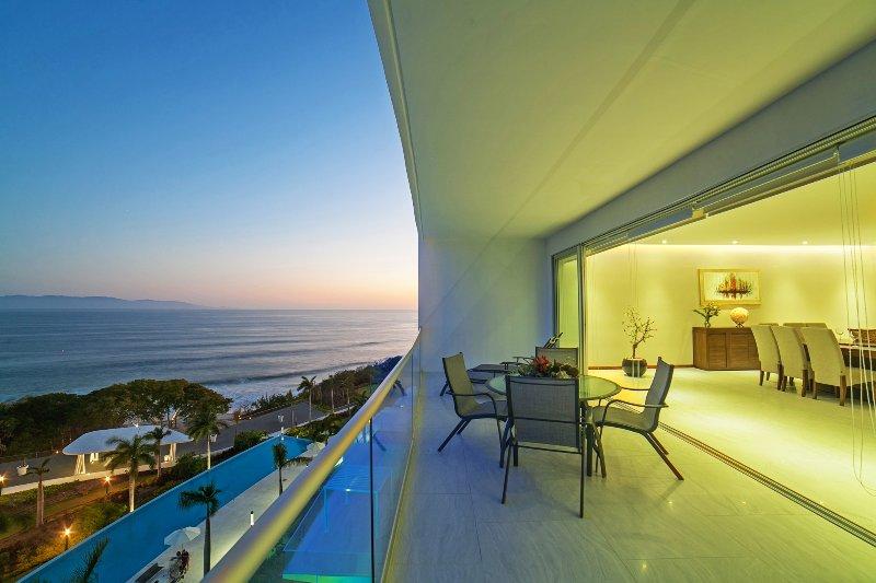 Gran terraza salón con vista al mar y piscina infinita beneith
