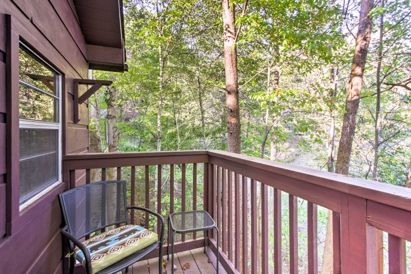 Salir en su balcón privado y respirar el aire fresco de la montaña.