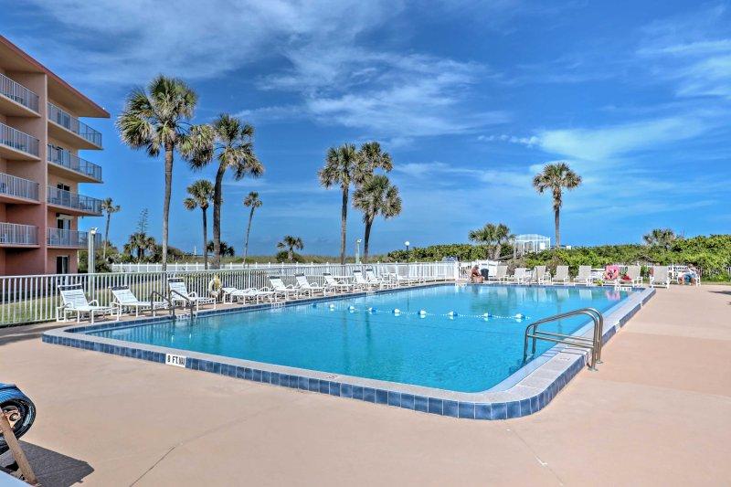 Pase días descansando junto a la piscina mientras se hospeda en este alquiler de vacaciones en Cocoa Beach.