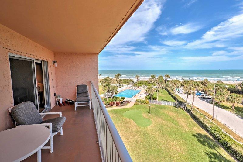 Disfrute de las vistas panorámicas de la zona comunitaria de la piscina, la playa y el océano.
