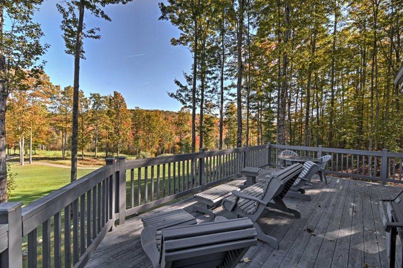 Immerso in un pittoresco campo da golf, questa casa di 3.600 piedi quadrati è perfetta per 12.