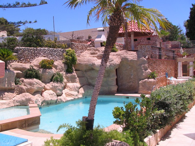 TranquiI Villa Apartments Units Mellieha Two Bedrooms Own Patio & Shared Pool, holiday rental in Xemxija
