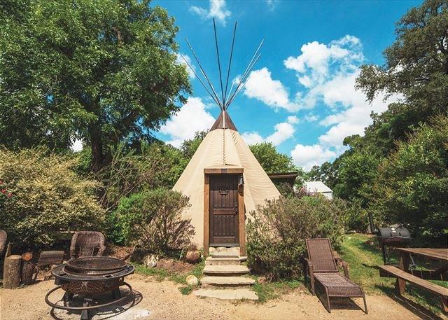 Cozy Teepee * Geronimo Creek Retreat! Heated/AC-Insulated, Kayak, Fish HotTub, holiday rental in Seguin