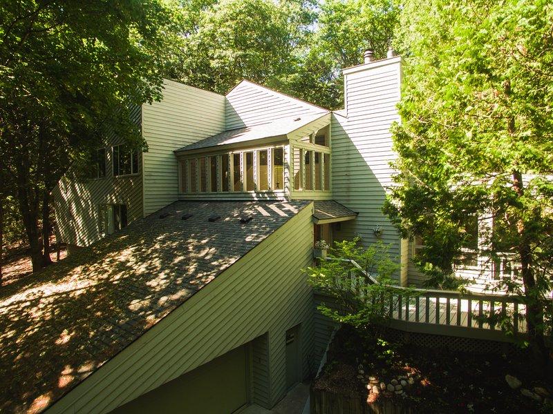 Vårt hem ligger inbäddat i den magnifika skogen i Birchwood Farms Golf & Country Club