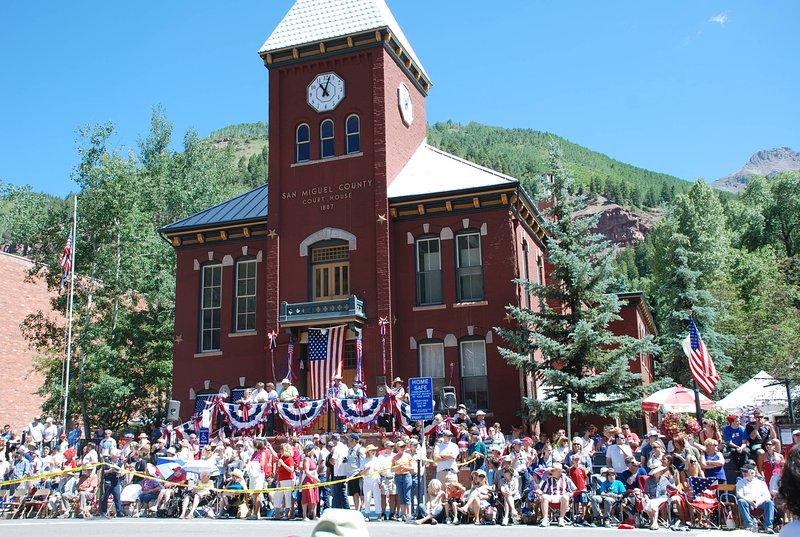 Défilé du 4 juillet et palais de justice historique du comté