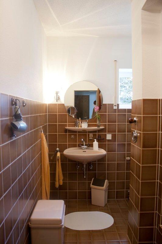 1 cuarto de baño con ducha y lavadora