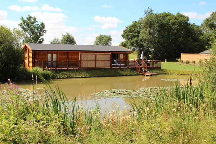 5* Lakeside Waterlily log cabin with Hot Tub and Sauna, holiday rental in Rutland