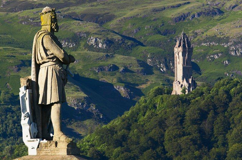 Robert la estatua de Bruce Wallace monumento en segundo plano