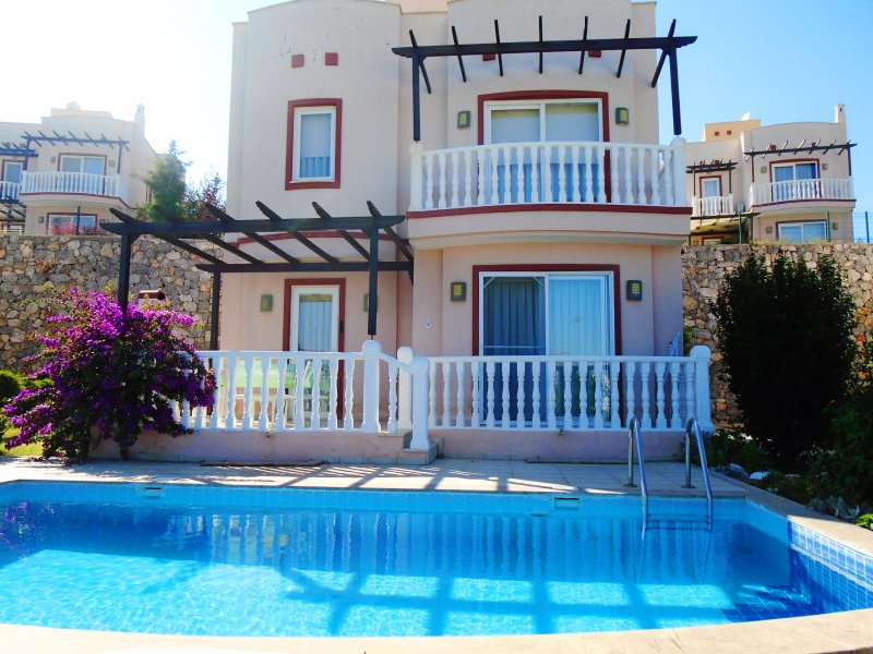 TUSETA VILLA WITH OWN POOL PLUS USE OF 3 SHARED POOLS & MANY ONSITE ACTIVITES, casa vacanza a Dorttepe