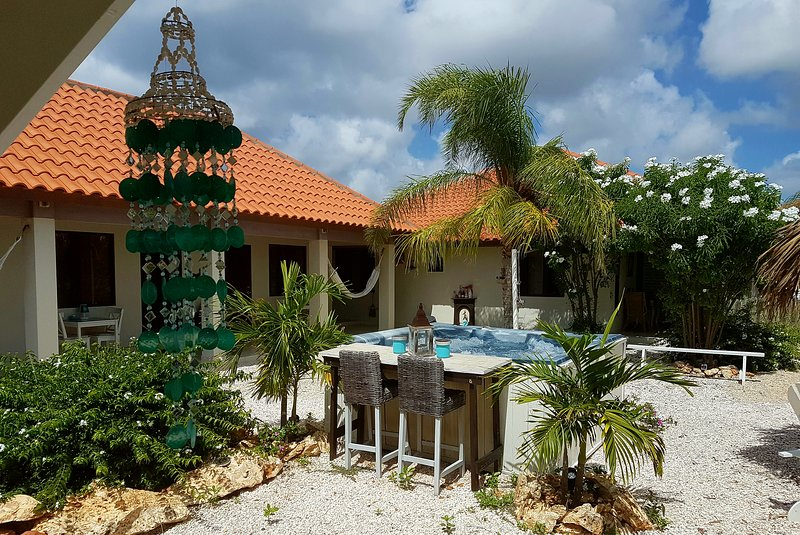 The mini resort with 2 studios and 1 apartment. 500m2 tropical garden that secures privacy for all