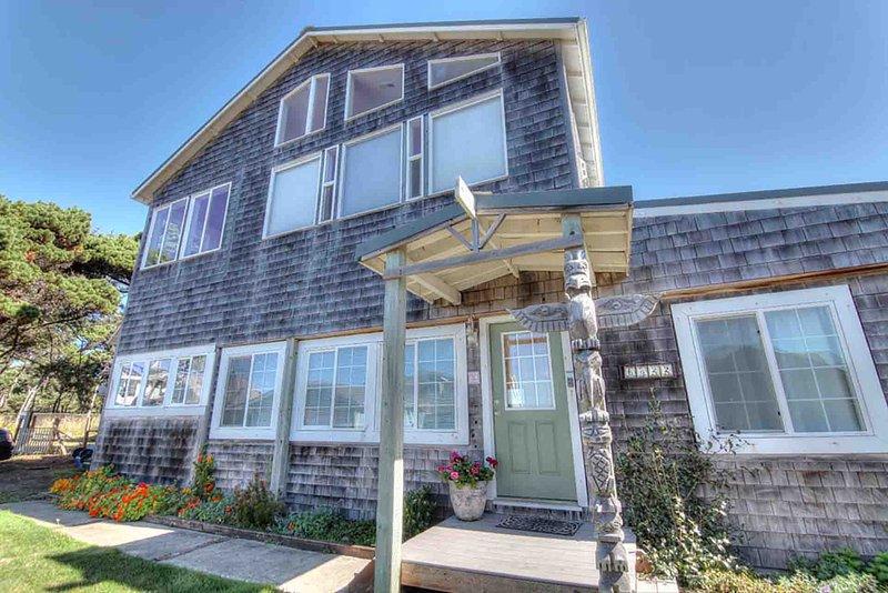 Esta linda casa de cedro de dois andares é um retiro idílico à beira-mar.