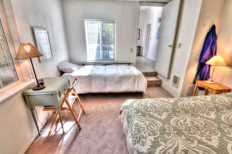 Dois quartos estão no piso térreo da casa, todos com roupas de cama limpas e limpas