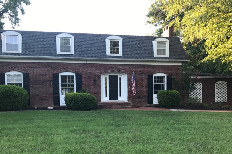Large Brick Estate with pool in Quiet Neighborhood, casa vacanza a Murphysboro