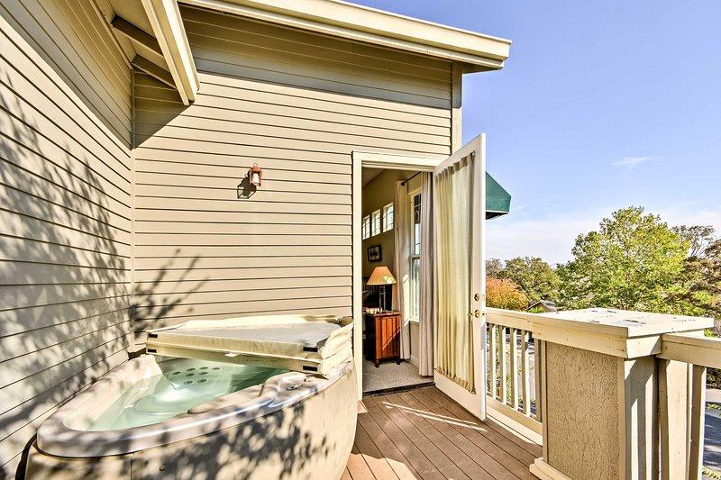 Sortez sur le balcon privé hors du maître et profiter d'un bain à remous bain relaxant.