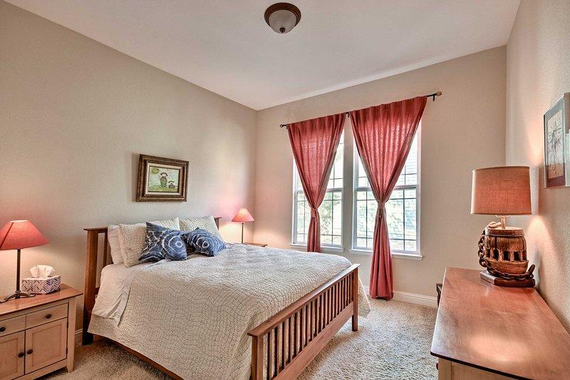 Lay sur le lit queen dans la deuxième chambre.