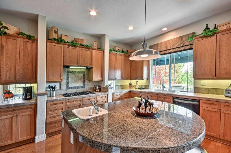 La cuisine est équipée d'appareils modernes et des comptoirs en granit.