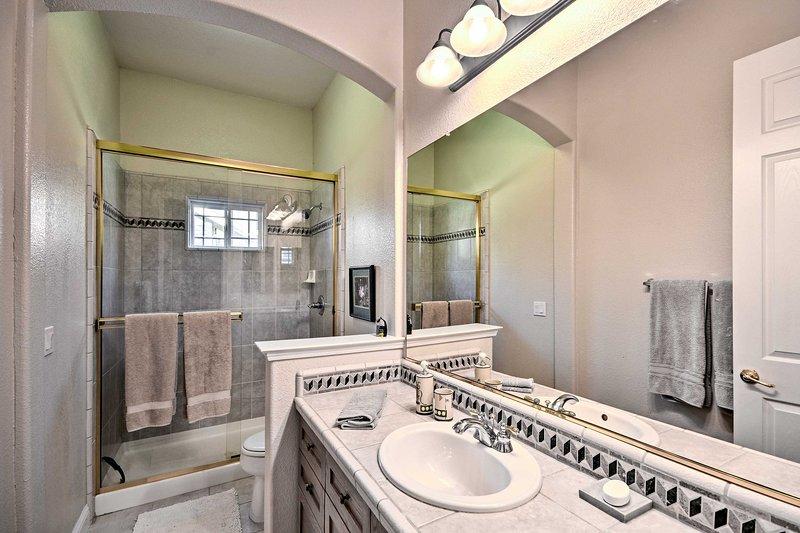 La deuxième salle de bain comprend une douche de plain-pied.