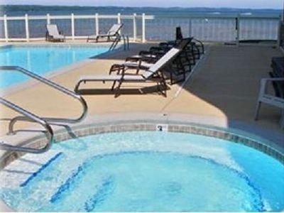 Hot tub, verwarmd zwembad en East Grand Traverse Bay op de achtergrond!