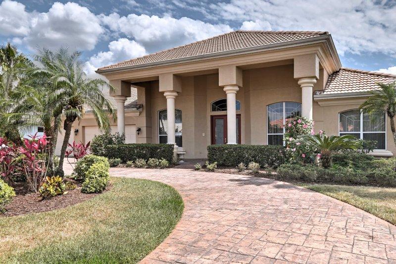 Le bel aménagement vous invite à cette belle maison en Floride.