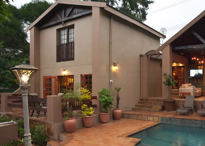 Paulshof Guesthouse Downstairs Executive Apartment, holiday rental in Sandton