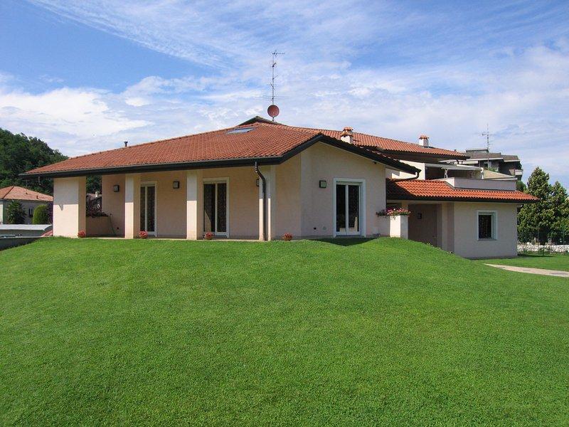 Bilocale con terrazzo di ampie dimensioni, vacation rental in Bizzozero