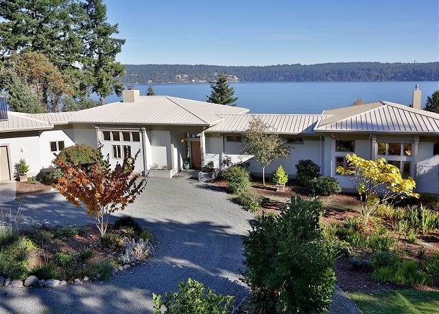 Beautiful high bank waterfront house on 5 acres with water views (261), location de vacances à Greenbank